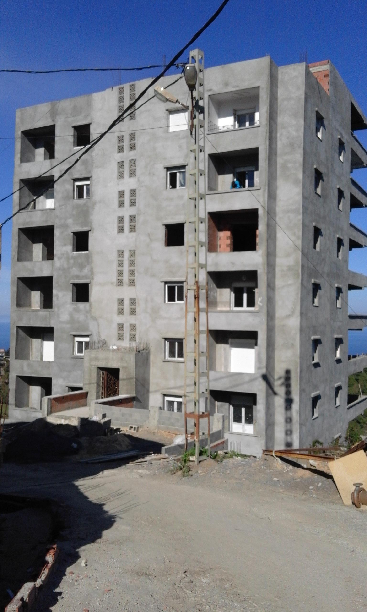 Vente des appartements Bouzareah un immeuble de 10 étage avec ascenseur avec deux entrées bien situés résidence clôturée vue sur mer