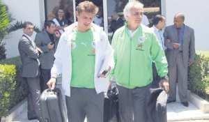 """""""الخضر"""" يعودون وملامح الرضا على وجوههم العشرات من الأنصار كانوا في استقبالهم بمطار هواري بومدين"""