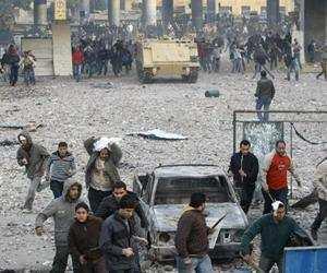 """رئيس وزراء مصر يعترف بجريمة """"بلطجية"""" مبارك ويعتذر للشعب قال إنه سيفتح تحقيقا قضائيا في الهجوم وسينال المتسببون عقابا علنيا"""