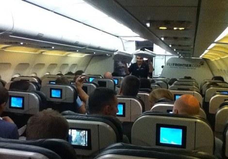 الطائرة علقت على المدرج فطلب قائدها البيتزا للركاب
