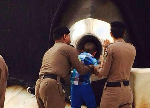 بالفيديو..شرطي يساعد طفلة على تقبيل الحجر الأسود