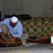 Fabrication d'ustensiles en bois à M'sila : Un savoir-faire ancestral