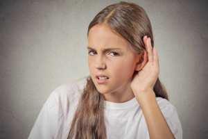 هل تعاني من مشاكل في السمع... قد لا يكون السبب أذناك!