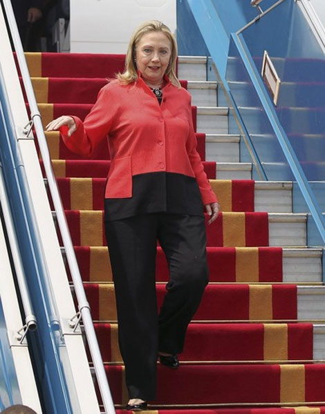 هيلاري كلينتون تصل القاهرة للقاء مرسي