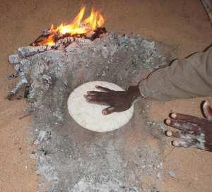 Taguella préparée de façon traditionnelle à El Ghessour (Algérie)