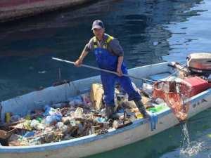 صياد ينظف ميناء الغزوات بمفرده