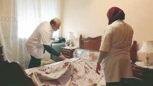 Algérie - Un médecin qui y met du soin! un sac à dos et une ambulance avec lesquels il sillonne les rues, de foyer en foyer