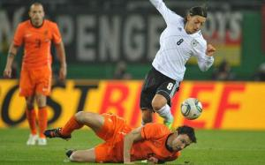 """ألمانيا """"الرهيبة"""" تسحق هولندا بثلاثية وتنهي 2011 بدون هزائم"""