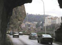 Constantine - Chute de deux grosses pierres sur la route de la corniche