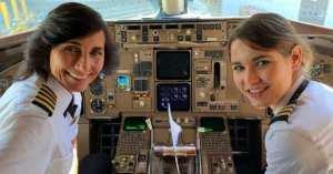 Mère et fille aux commandes d'un avion