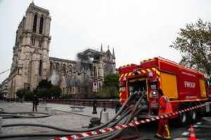 LA CATHÉDRALE DE NOTRE-DAME RAVAGÉE PAR LES FLAMMES La mémoire de Paris ressurgit de ses cendres