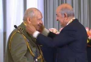 """تبون يمنح وسام الاستحقاق من مصف """"الصدر"""" للفريق أحمد قايد صالح"""