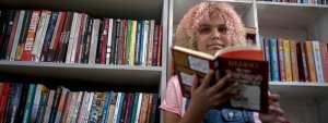 À 12 ans, elle transmet sa passion des livres en ouvrant une bibliothèque dans sa favela de Rio