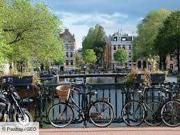 Planète - Europe/Hollande: Mais pourquoi les pots de fleurs remplacent-ils les vélos sur les ponts d'Amsterdam ?