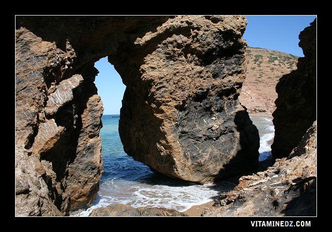 شواطئ وحمامات عين تموشنت 511-rocher-separant-les-deux-rives-de-la-plage-de-ouardania