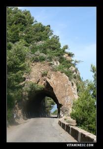 Tunnel creusé dans le Roc , route menant vers Beni Haoua