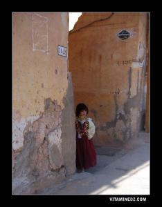Une fillette mozabite avec tenue traditionnelle de fête