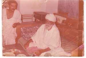 صورة الحاج الدين بوسيف مع ابنه محمد في شهر ديسمبر من سنة 1967 في بيته بمدينة سعيدة