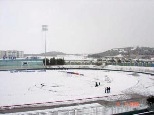 ملعب مدينة برج بوعريريج تحت الثلوج