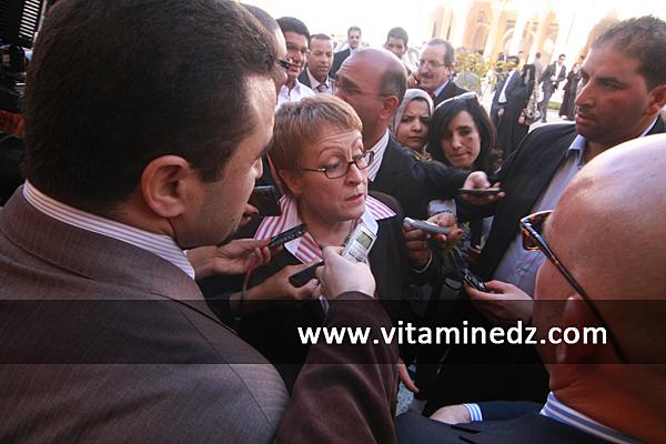 Khalida Toumi, ministre de la culture toujours disponible � r�ponde aux questions des journalistes