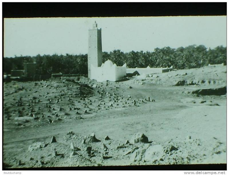 Photo plaque de verre . N et B , positif. Algerie. El Golea. Au pied du vieux Ksar en ruine, le cimetiere.  N�1862