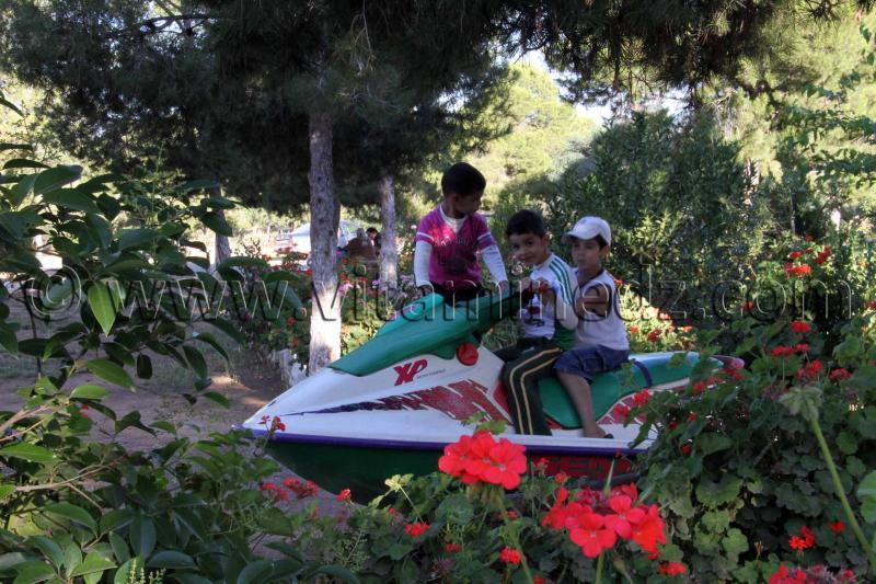 Enfants jouant dans un espace vert de Hammam Boughrara
