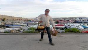 Samir, vendeur de thé sur la plage à Jijel - Atypique et sympathique