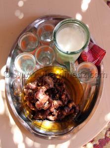 Dattes 3akda et lait de chèvre tradition oblige au sud c\'est le minimum qu\'on puisse offrir aux invités ici à Ouled Aissa (Adrar)