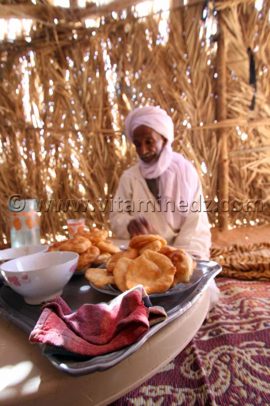 Sfenj, D'han Essahra (beurre) et miel avec du th�, l'invit� est gat� au sud ici � Ouled Aissa (Adrar)