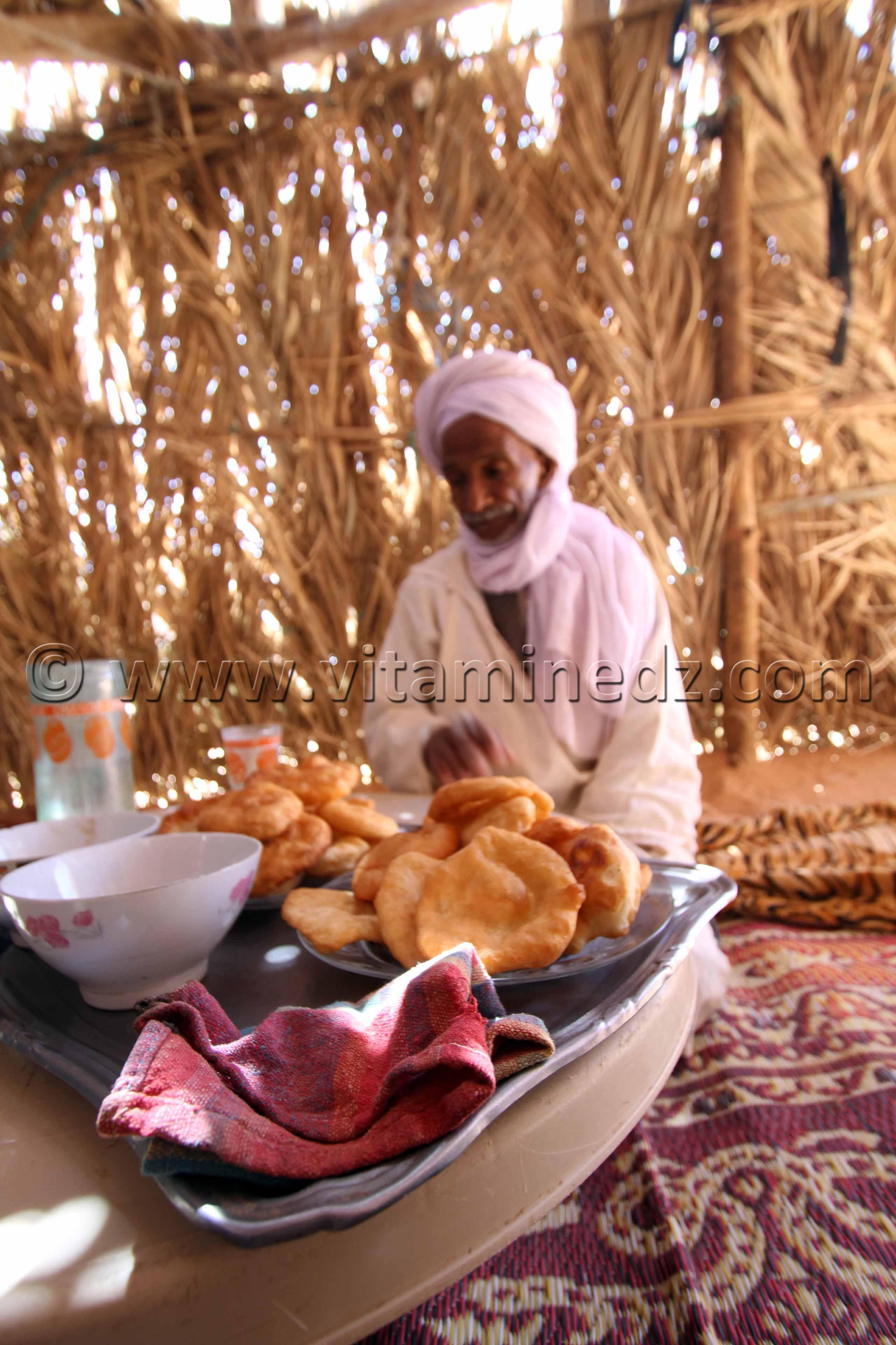 Sfenj, D\'han Essahra (beurre) et miel avec du th�, l\'invit� est gat� au sud ici � Ouled Aissa (Adrar)