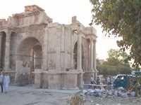 T�bessa - La porte Caracalla de l�antique Theveste d�figur�e par les ordures