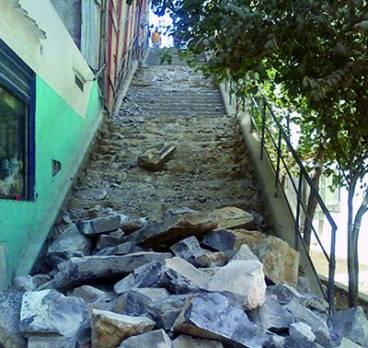 Constantine - D�molition des escaliers reliant le coudiat � la rue Abane:  Jusqu�au bout du massacre