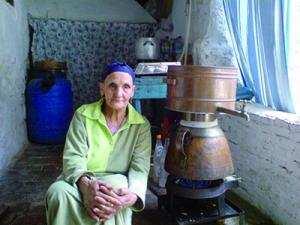 Mila - Un demi-siècle passé à distiller l'eau de rose: Portrait de Benchoulak Khadidja… La femme à l'alambic
