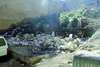 Constantine - Maisons tomb�es en ruine � la vieille ville:  Des d�charges � ciel ouvert