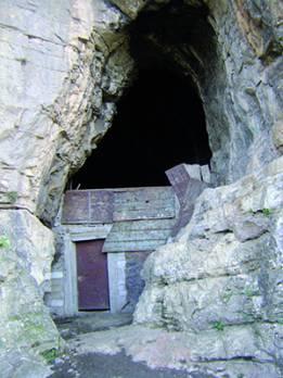 Constantine - Sites naturels de la ville: La grotte des ours transform�e en �table