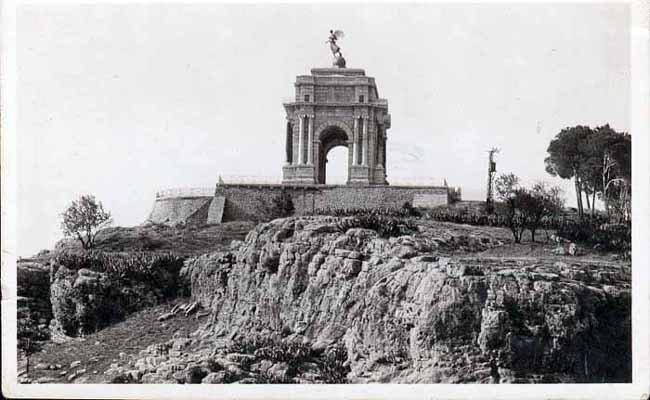 Constantine - Jeux dangereux au Monument aux morts