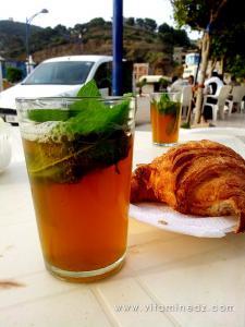 Thé à la menthe dans un café de Honaïne
