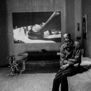 Le photographe Khelil Abdesselam dans sa galerie à Alger