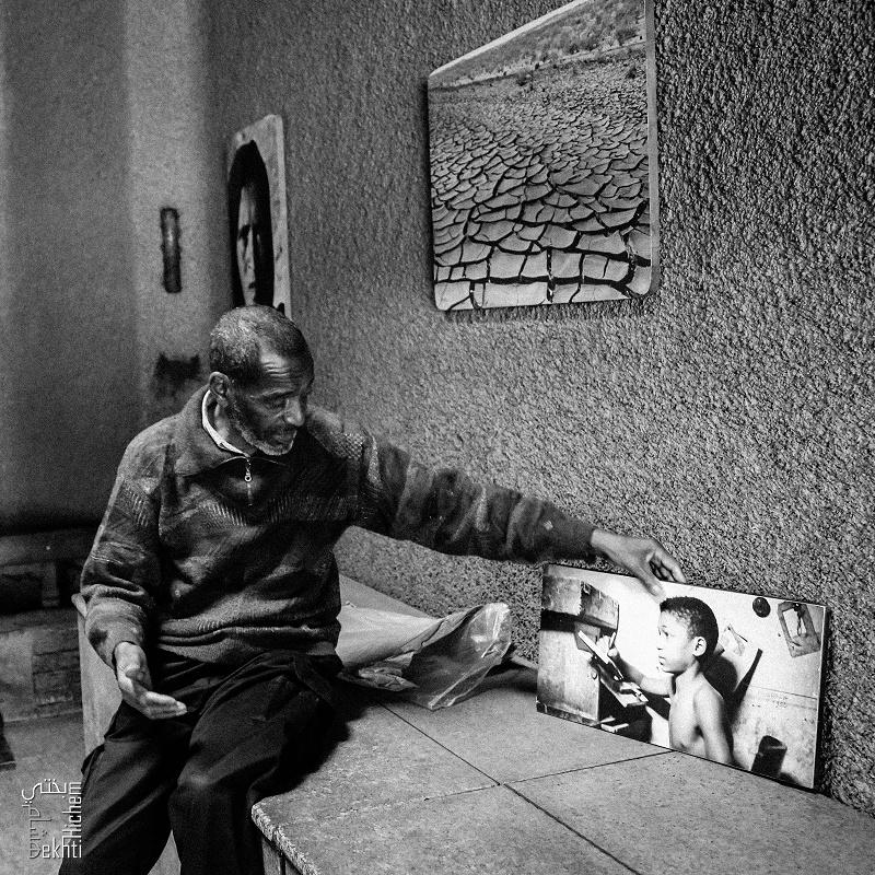 Abdesselam Khelil montrant sa photo � l'age de 10 ans