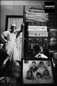 ALGÉRIE. Ville d'Oran. Les femmes derrière une photo de famille montrant son mari, qui a émigré en France dans les banlieues de Paris à Boissy-Saint-Léger.