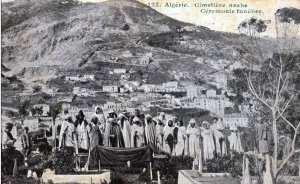التقطت الصورة باحد المقابر سنة , 1916 مراسم دفن احد الموتى