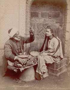 Une jeune femme avec un marchand de bananes Casbah d'Alger  - Algérie, c1892