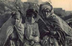 Trois jeunes filles de la tribu des Ouled Naïl. - Algérie 1918