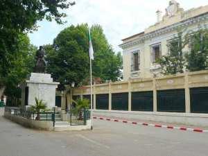 La sous-préfecture de Miliana et Statue d'Ali La Pointe