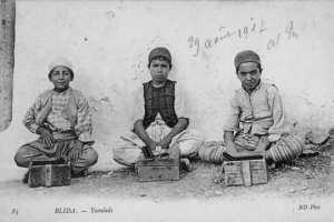 enfants cireurs de chaussures dans les rues de la ville de Blida.