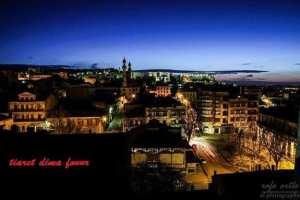 Tiaret, place du marché couvert la nuit.