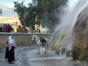 Touristes locaux en contrebas de la cascade