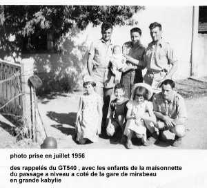 enfants du garde barriere de la gare mirabeau en 1956
