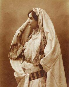 الحايك او الملاية ارث تقليدي جزائري للمرأة الجزائريه الاصيله