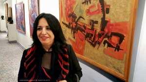 Inam Bioud devant le tableau « Talisman rouge », une huile sur toile de 1969